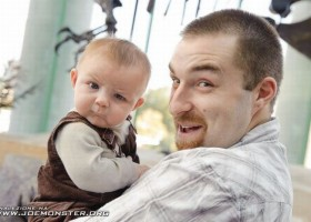 Bebe avec un drole de regard