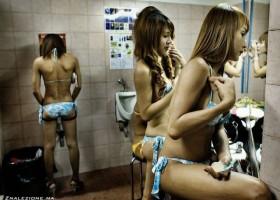 Une femme et un urinoir