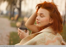 Boire un bon café chaud dehors