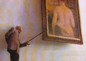 Petit vieux pervers qui regarde derrière le tableau
