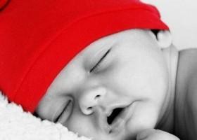 Un bébé qui dort bien profondément
