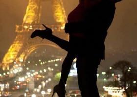 Un baiser en amoureux aux pieds de la tour Eiffel