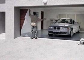 La voiture fake sur la porte de garage