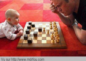 Papa joue aux échecs avec bébé