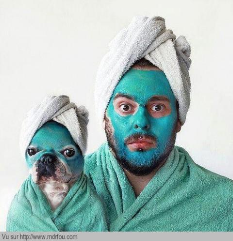 Trop fort le chien et le mec qui font un soin du visage