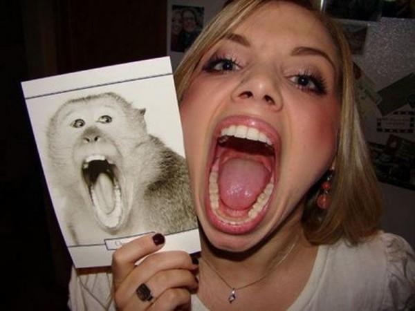 Une femme qui ressemble à un macaque