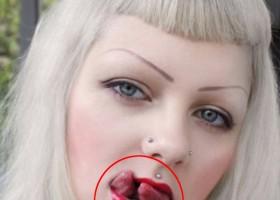 Femme avec une langue coupee en deux (featured)