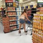 Une femme fait des courses avec des chaussures particulières